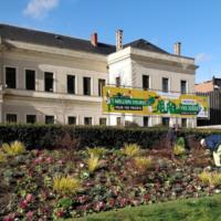 Le Budget participatif d'Angers 2019 est annoncé devant la mairie.