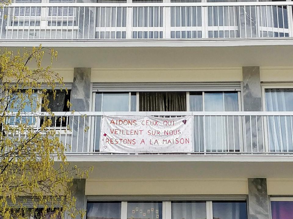 Une banderole accrochée à un balcon en soutien aux soignants durant le confinement à Paris